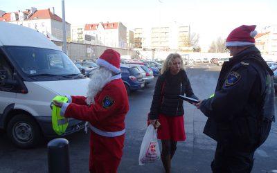 """Nasz """"Mikołajkowy"""" patrol rozdaje prezenty"""
